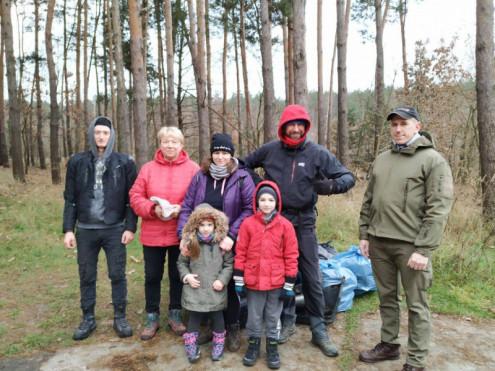 Небайдужі ковельчани зібрали 45 мішків сміття у лісі на околиці міста