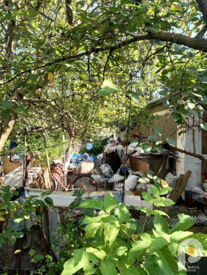 Гори сміття, яке знаходиться на подв'їрі на вулиці академіка Крип'якевича
