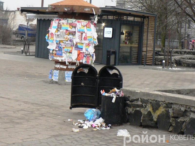 На бульварі та біля універмагу комунальники «забули» прибрати сміття