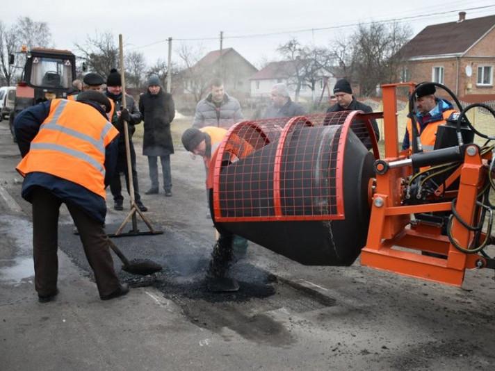 На дорозі Луцьк-Ковель тестують нове обладнання для ремонту доріг