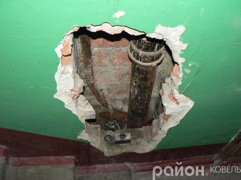 Ковельське РЖКП № 2 зробило діру в під'їзді, заробити яку хоче коштом жильців