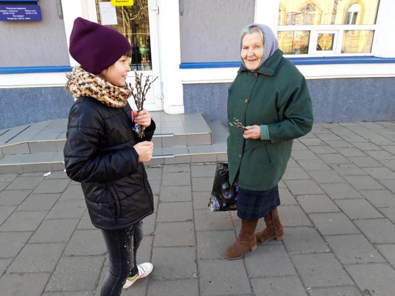 Як у центрі Ковеля молодь дарувала «котики» та вітала з 8 березня