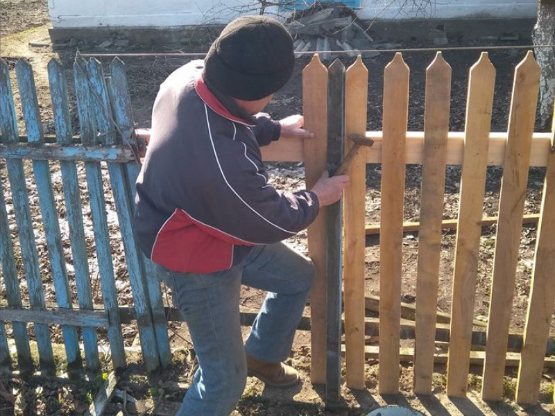 Голоби: соціальна служба допомагає ремонтувати будинки пенсіонерам