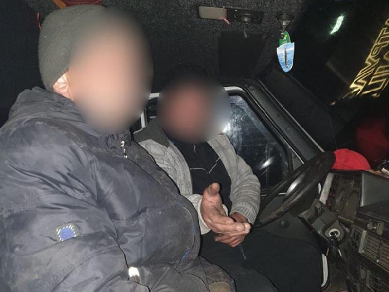 Біля Мар'янівки затримали чоловіків, які крали метал зі згорілого автобусу