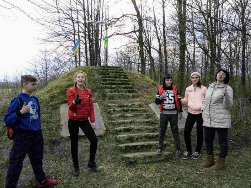 Поблизу Дубового школярі впорядкували могилу вчительки, яку вбили енкаведисти