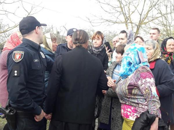 Старі Кошари: представники УПЦ МП перекривали вхід до церкви новому священику ПЦУ