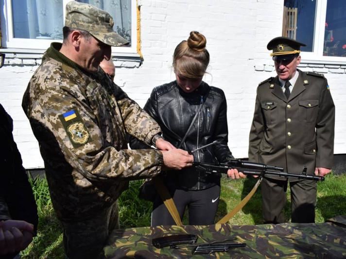 Голобські старшокласники вчилися стріляти з пневматичної гвинтівки
