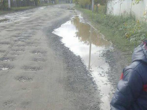 Діти з Колодниці змушені ходити три кілометри по багнюці до школи