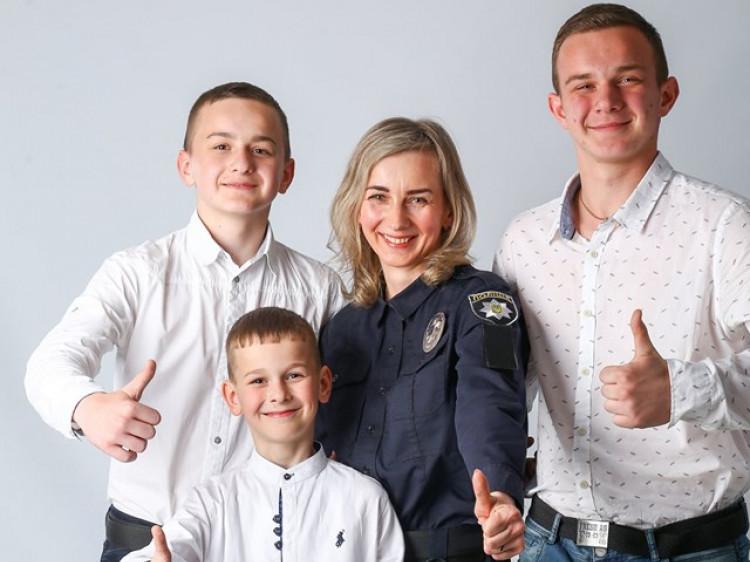 Жінки-поліцейські з Ковеля знялися у фотосесії до Дня матері