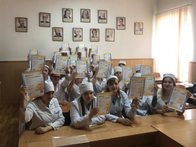 Студентки медколеджу отримали дипломи з української мови