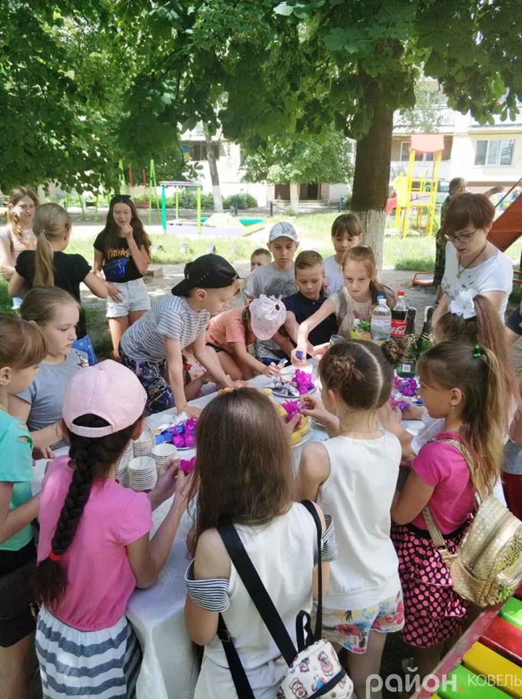 Дітям влаштували солодкий стіл
