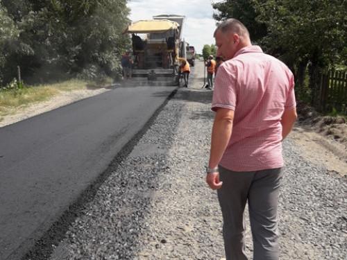 Між селами Скулин і Стеблі ремонтують дорогу