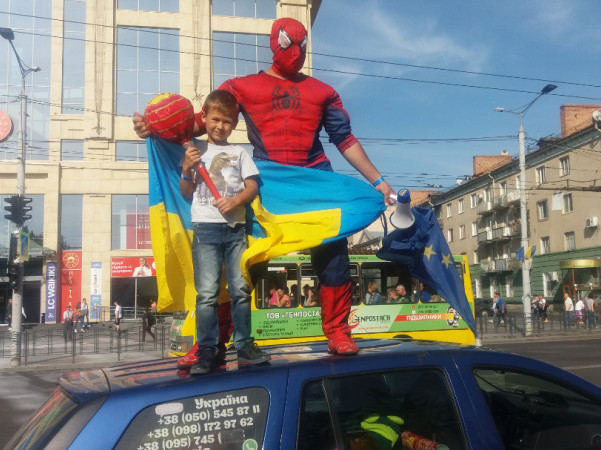 Житель Ковельщини у центрі Луцька бігав у костюмі Людини-павука