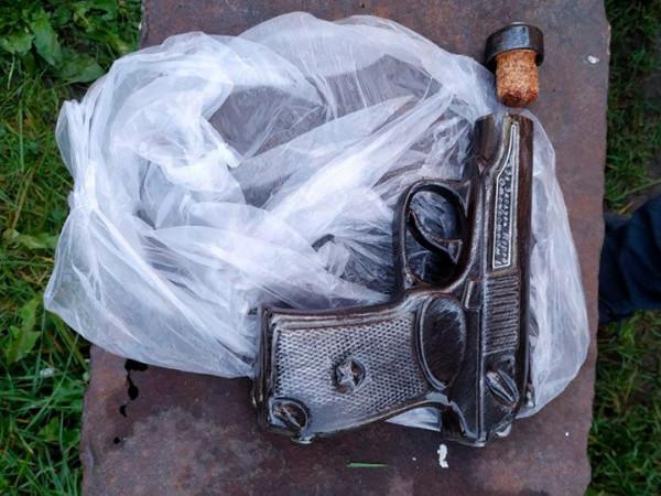 У будинкуковельчаниназнайшли декоративну флягу у вигляді пістолета