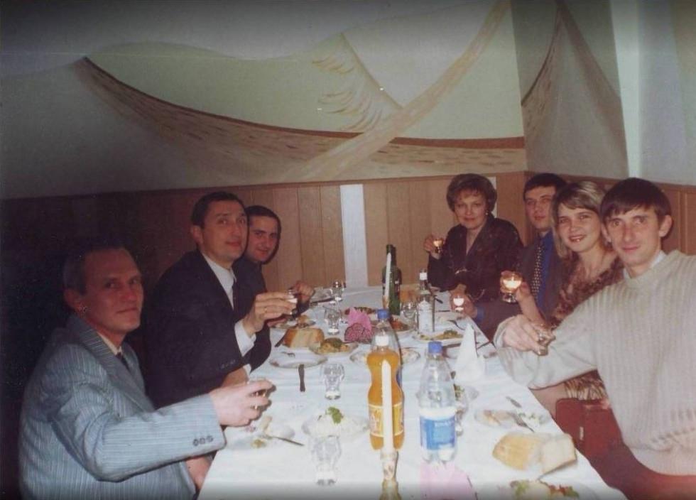 Олександр Артишук (крайній справа) в компанії майбутнього ковельського міського голови Олега Кіндера (другий зліва) та директора приватного підприємства «Ковелькомунпроєкт» Віктора Дубини (третій справа)