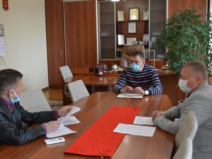 Міський голова Олег Кіндер, заступник мера Ігор Прокопів та начальник управління освіти Віктор Бичковський