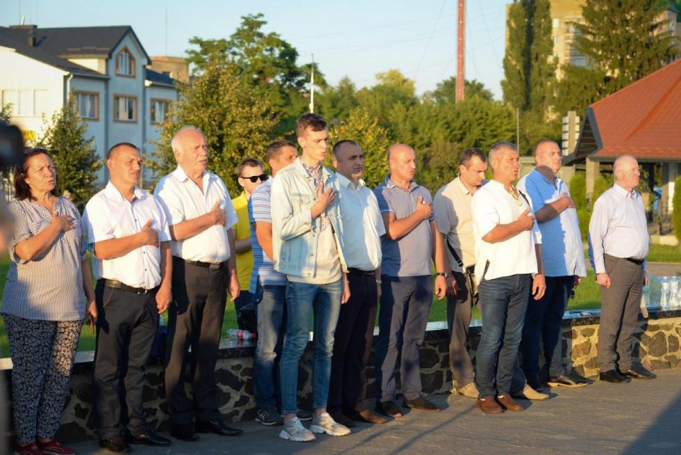 Учасники заходу під час виконання гімну