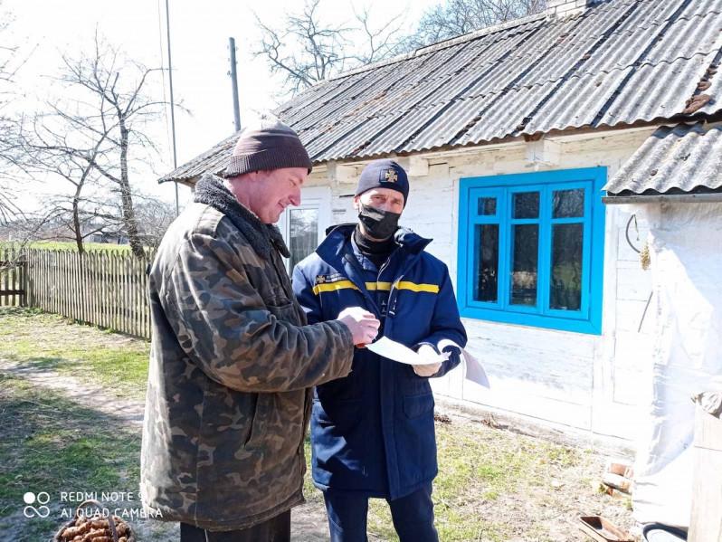 Рятувальники нагадали жителям Ковельщини про заборону спалювати суху траву