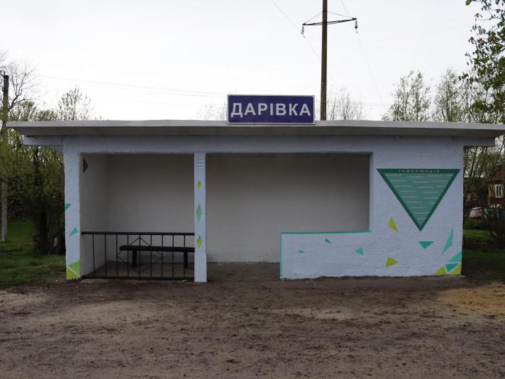 В селі Дарівка молодь оновила занедбану автобусну зупинку