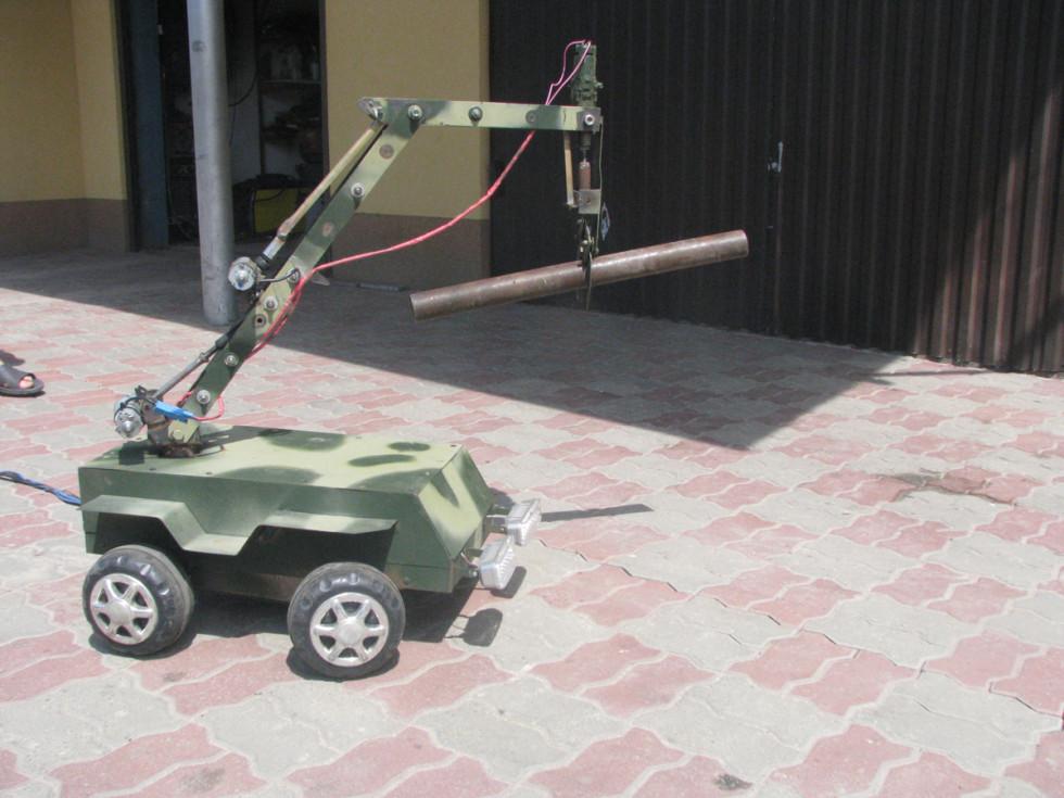 сконструйований онуком Владиком робот для використання у небезпечних для життя місцях