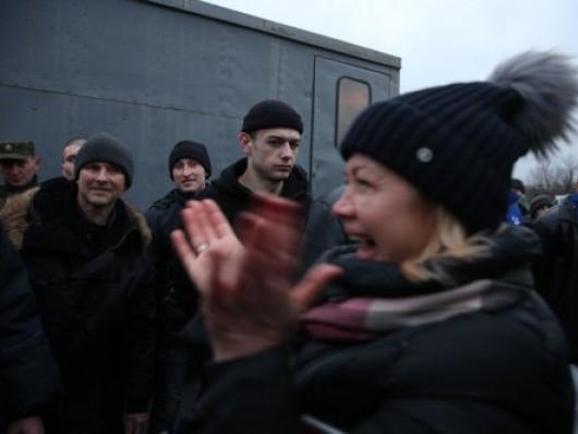Народна депутатка Ірина Геращенко радіє біля щойно звільнених полонених