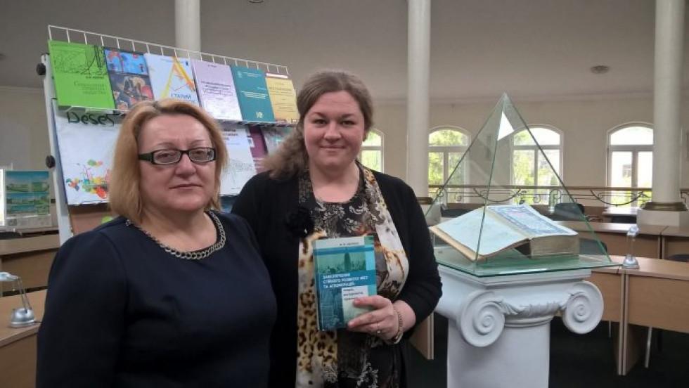 Марина Аверкина з деканесою економічного факультету Людмилою Козак