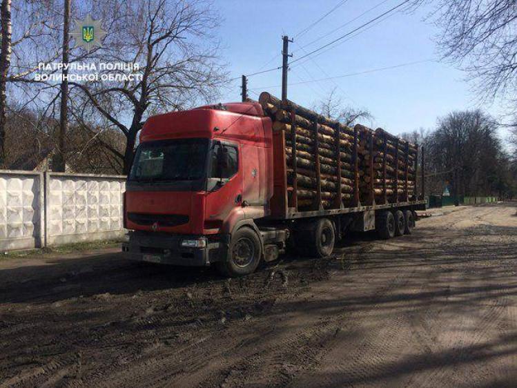 Вантажівка з деревиною