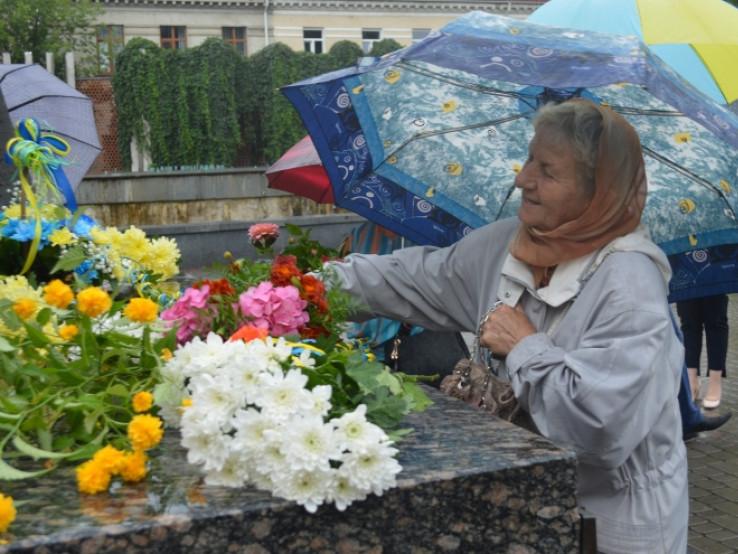 Покладання квітів до пам'ятника Лесі Українки