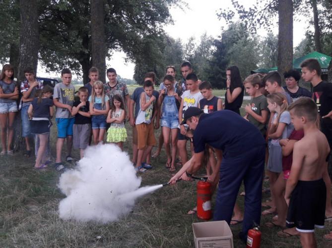 Рятувальники навчали таборян користуватися вогнегасником