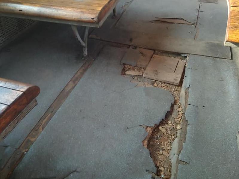 Підлога в електричці