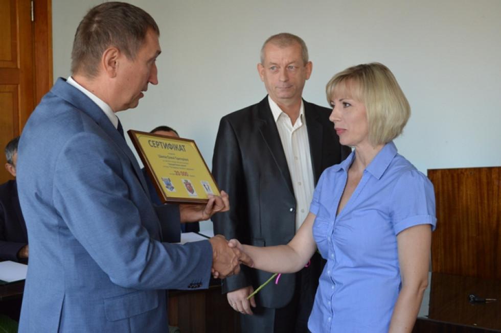 Вручення сертифікату Олені Шилік
