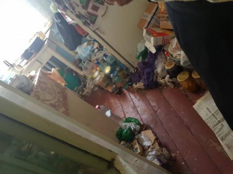 У Ковелі бабуся перетворила квартиру на звалище сміття