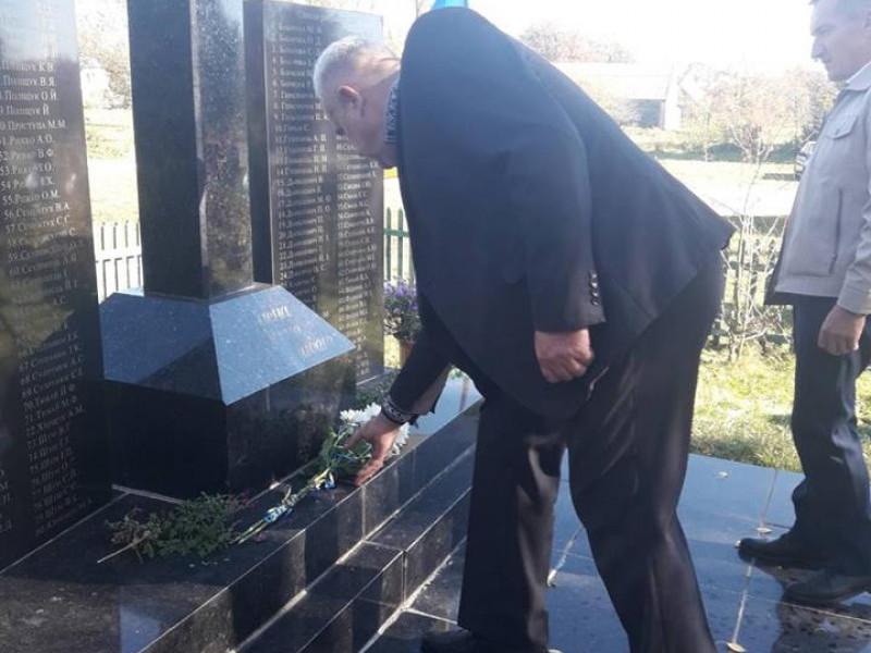 У селі Облапи спільною молитвою і покладанням квітів вшанували вояків УПА та Героїв АТО