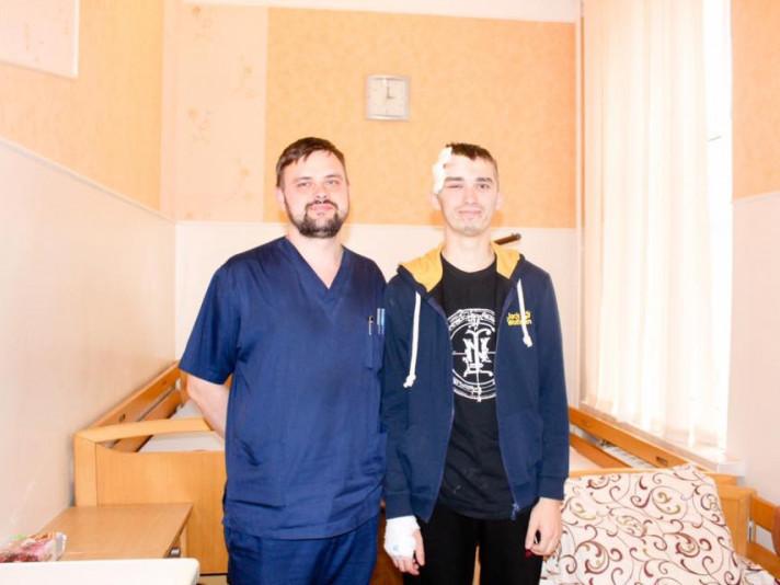 Дмитро Голярчук з лікарем Юрієм Новаком