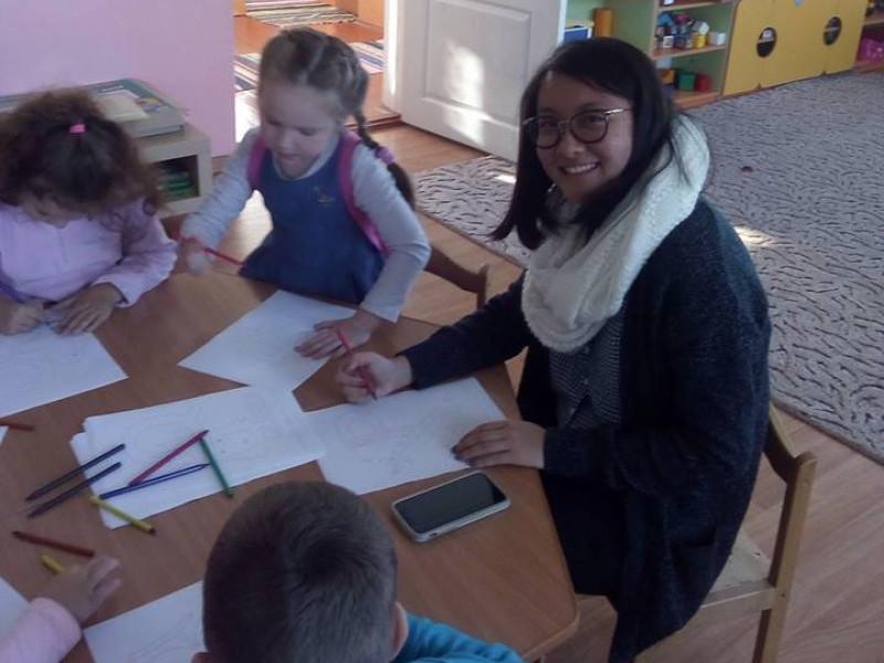 Мощена: волонтерка Корпусу Миру навчає дітей англійської