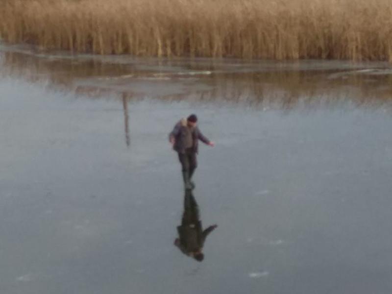 У Ковелі відчайдушні чоловіки ловили рибу на тонкому льоду