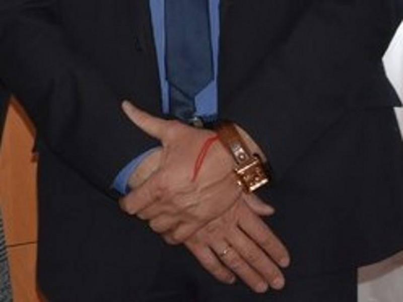 Олег Кіндер носить на руці талісман – червону нитку