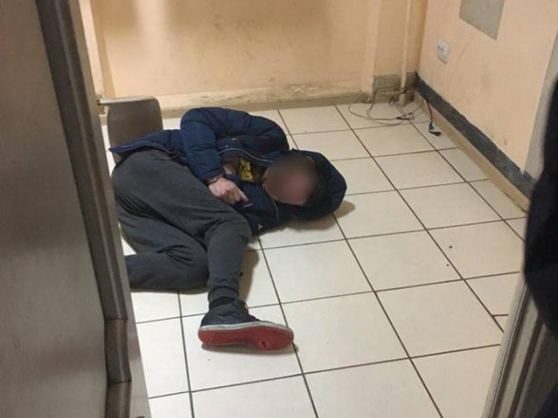 У Ковелі затримали чоловіка, який палив у під'їзді та агресивно відреагував на зауваження