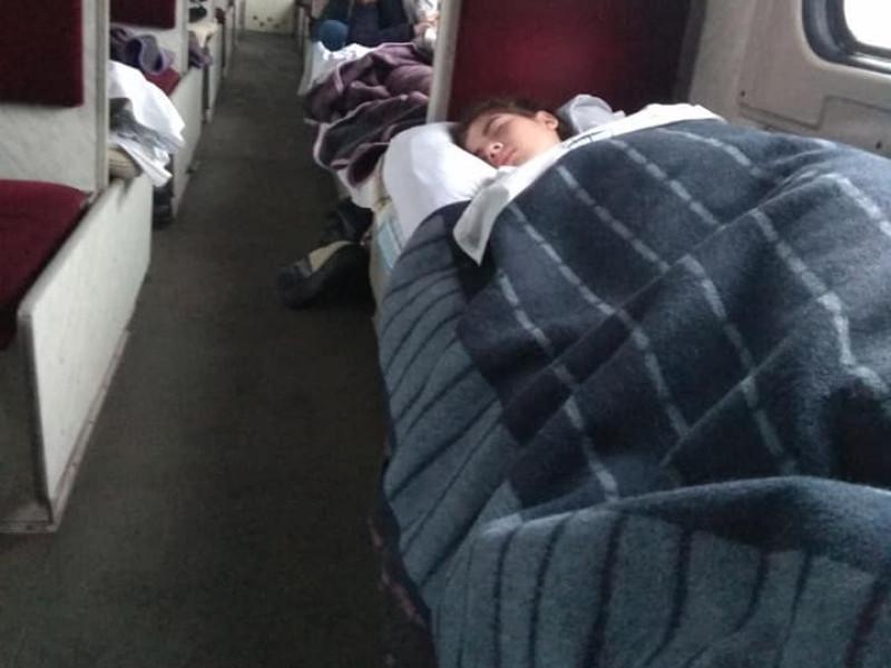 У вагонах поїзду «Ковель – Харків» пасажири спали, укутавшись у три ковдри.