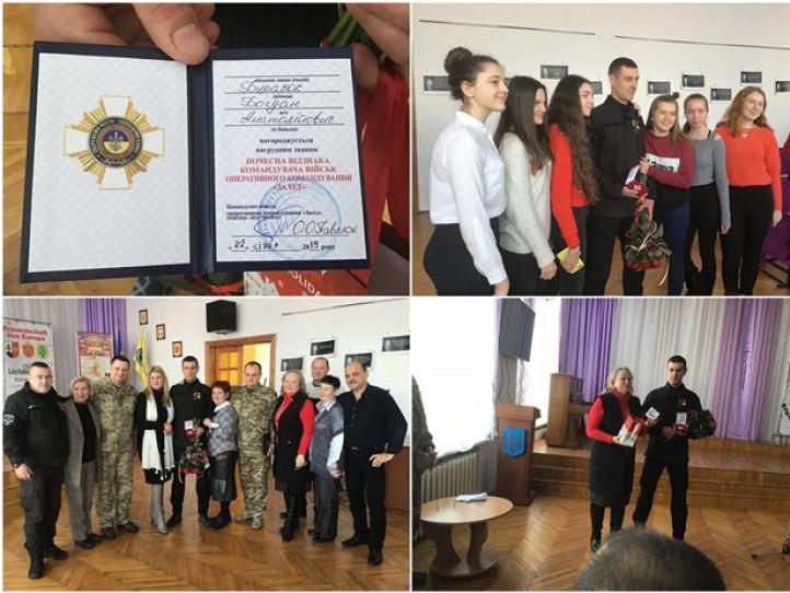 У Ковельській гімназії нагородили випускника військовою відзнакою