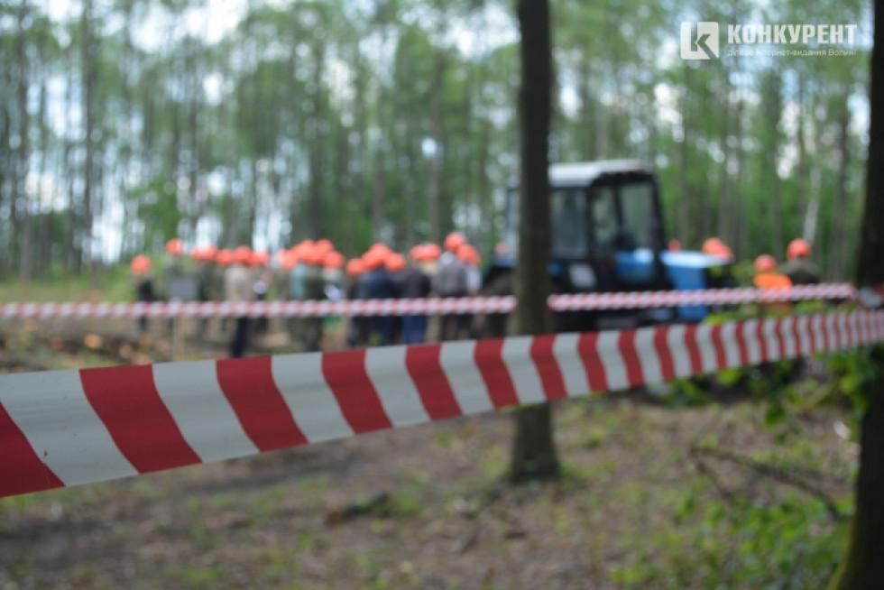За 50 метрів до лісосіки по всьому периметру небезпечну ділянку огороджують червоною стрічкою