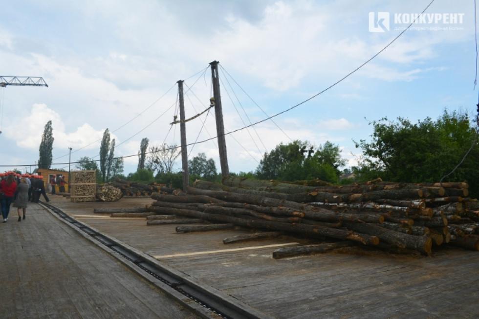 На нижній склад звозиться деревина і подається на первинну обробку чи продаж