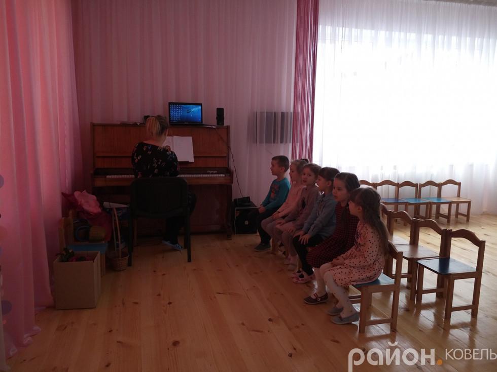 Дошкільнята з педагогом репетирують пісеньку про козенят
