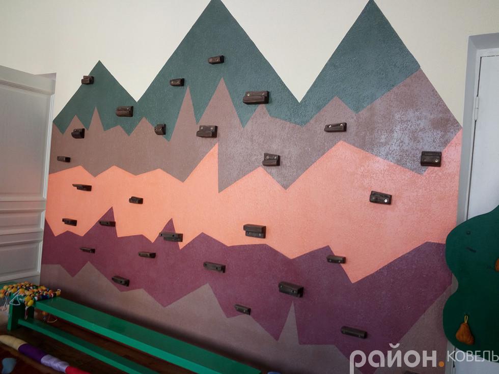 Дитячий скалодром. Стіна для заняття альпінізмом
