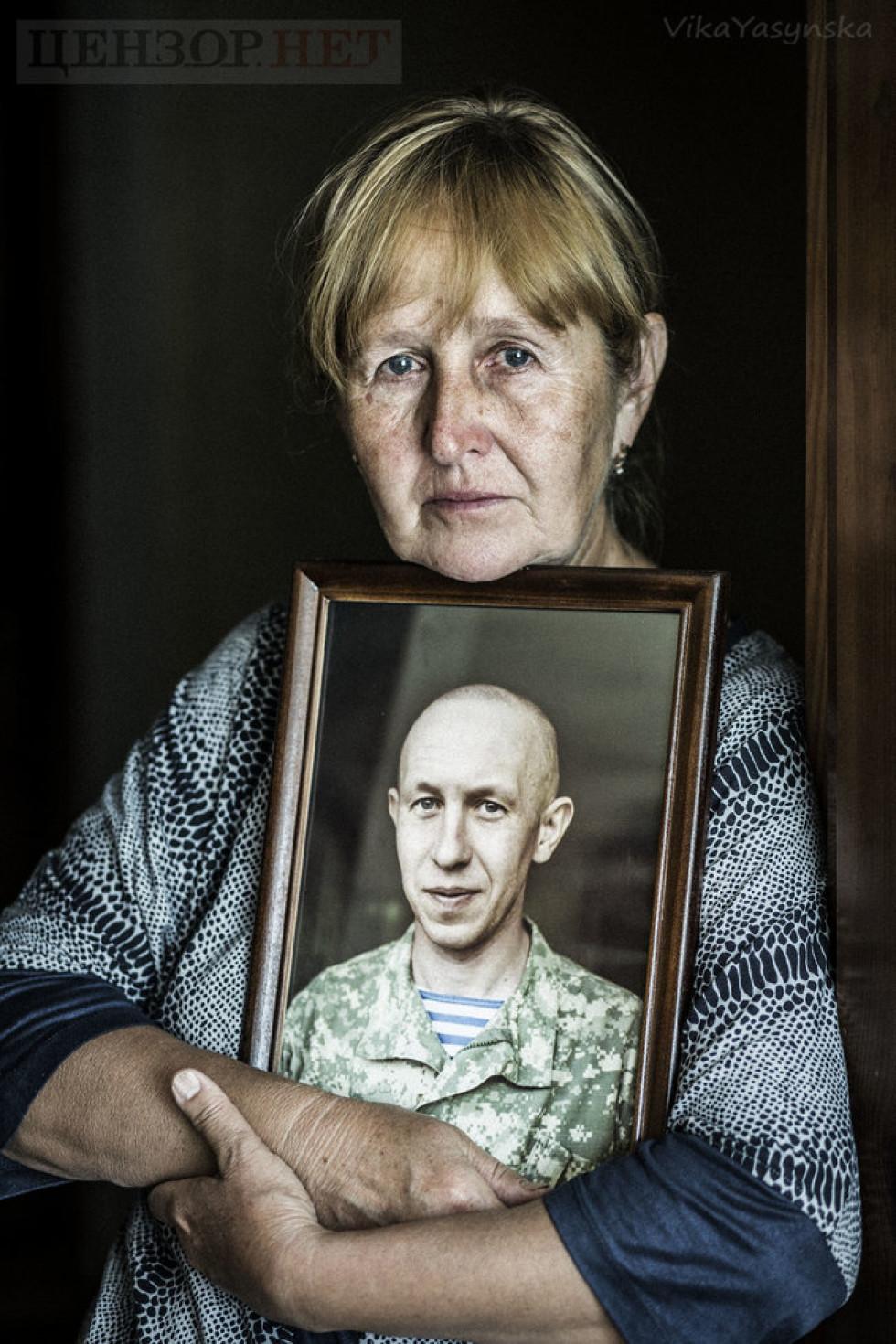 Мама Володимира Кияна із портретом сина