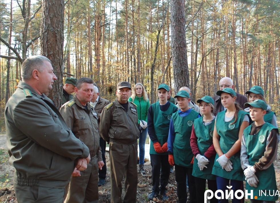 Вони одягнулися у спецодяг, прослухали інструктаж і приступили до посадки лісових культур