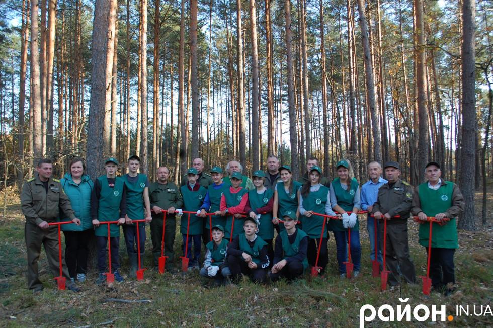 Скулинські школярі з лісівниками
