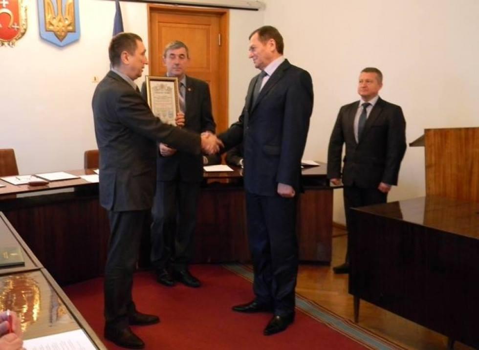 Міський голова Олег Кіндер вручає Юрію Рибачку відзнаку