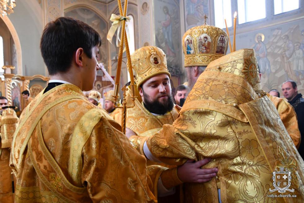 Владика Нафанаїл нагороджує митрою отця Олега Точинського
